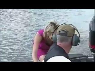 Когда женщина репортер ведет передачу о рыбалке.